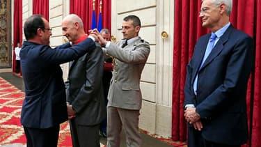 François Hollande a remis vendredi à l'Elysée les insignes de commandeur de la Légion d'Honneur à Pascal Lamy, le directeur général l'Organisation mondiale du commerce (OMC) qui est souvent cité comme un possible renfort au gouvernement. /Photo prise le 3
