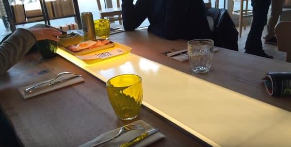 """A Paris, """"ZA"""" dépasse le concept du restaurant sans serveur. C'est aussi un bar littéraire où l'on vient passer un bon moment."""