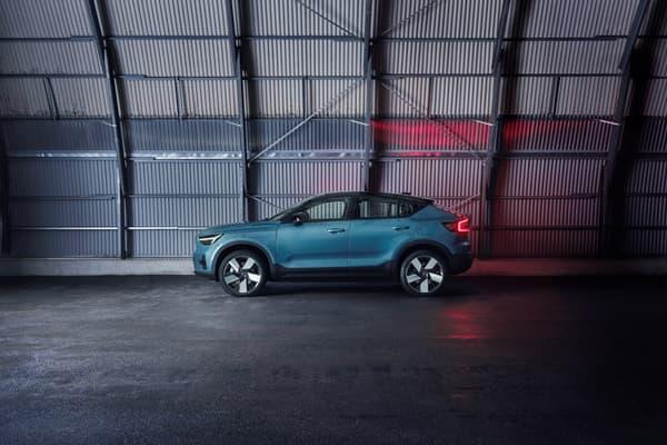 Volvo a dévoilé ce mardi son 2e véhicule électrique, le C40 Recharge, un SUV coupé.
