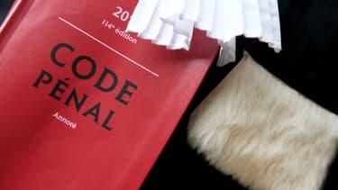 Un avocat tient une copie du Code pénal, le 30 juin 2017 à Quimper. (Photo d'illustration)