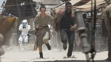 """Daisy Ridley et John Boyega dans """"Star Wars VII: le Réveil de la Force"""""""