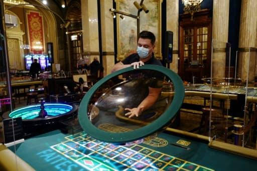 Un employé nettoie une  roulette avant la réouverture du casino de Monte-Carlo, le 4 juin 2020 à Monaco