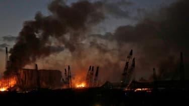 Le port de Beyrouth en flammes après deux puissantes explosions, le 4 août 2020 au Liban
