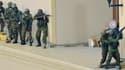 Des soldats kényans avancent en groupe sur un balcon du centre commercial, le 24 septembre 2013.