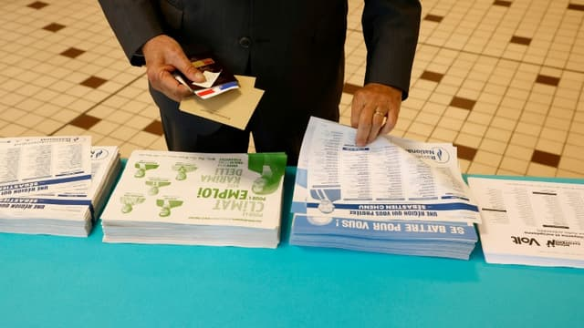 Dans un bureau de votes à Cucq, dans le Pas-de-Calais, le 20 juin 2021