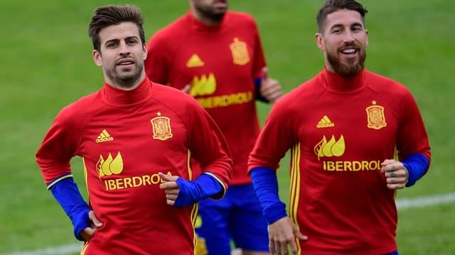 Sergio Ramos (à droite) a demandé au public du Bernabéu de ne pas siffler le barcelonais Gerard Piqué (à gauche)