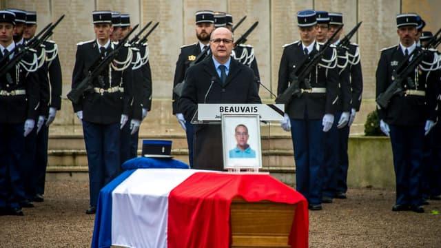 Le ministre de l'Intérieur Bruno Le Roux a rendu hommage le 29 décembre à Beauvais aux trois gendarmes morts dans un accident de la route