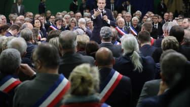 Emmanuel Macron face à des maires lors d'un débat à Grand Bourgtheroulde le 15 janvier 2018