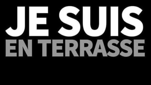 """Le slogan """"Je suis en terrasse"""", qui a émergé après les attentats du 13-Novembre à Paris et en Seine-Saint-Denis, reprend les codes du slogan """"Je suis Charlie""""."""