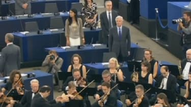Le Britannique Nigel Farage tourne le dos à l'hymne européen, mardi, pour la première session du nouveau Parlement européen.