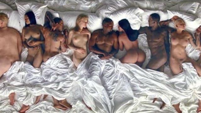 """Le clip """"Famous"""" de Kanye West avec plusieurs personnalitées nues et endormies dans un même lit."""