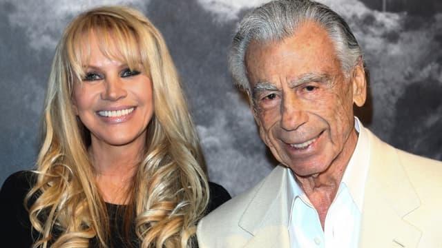 Kirk Kerkorian posant en 2012 avec Joan Dangerfield, veuve du comédien Rodney Dangerfield, en 2012