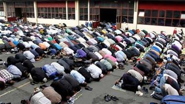 Plus de 2.000 fidèles se sont pressés vendredi dans une ancienne caserne du nord de Paris transformée en mosquée pour accueillir les musulmans qui prient habituellement dans les rues du quartier parisien de la Goutte d'Or. /Photo prise le 16 septembre 201