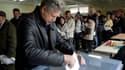 Bureau de vote à Vilnius. Le Parti travailliste (opposition) est arrivé dimanche en tête du premier tour des élections législatives en Lituanie, selon une projection. Ils devanceraient les sociaux-démocrates. L'Union patriotique (centre droit) du Premier