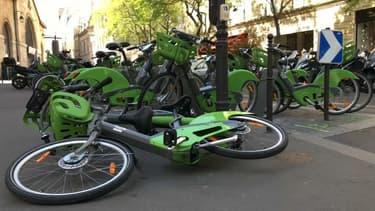 Des Vélib' dans Paris (illustration).
