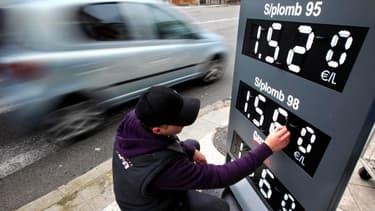Les prix à la pompe baissent toujours moins vite et moins fort que le cours du pétrole brut.