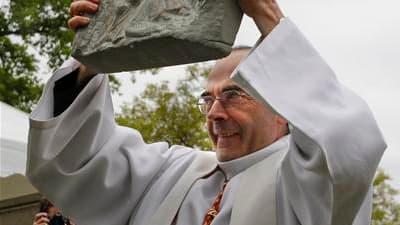 Le cardinal Philippe Barbarin pose la première pierre d'un lieu de culte à Vaulx-en-Velin, en banlieue lyonnaise, prévu pour Pâques 2012. Le lancement de ce projet d'envergure unique en France souligne combien c'est désormais l'immigration (Chaldéens d'Ir