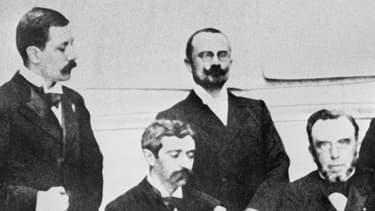 Pierre de Coubertin (assis, à gauche), et les membres du premier Comité olympique international.