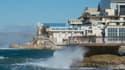 Des vagues s'écrasent contre le front de mer à la Pointe Carinade et à l'Anse des Catalans, près du vieux port de Marseille, alors qu'une forte houle et des vents violents frappent la ville côtière, le 13 novembre 2017.