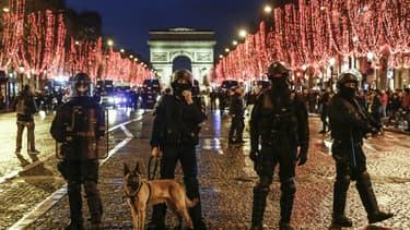 Les policiers sur les Champs-Elysées à Paris, le 22 décembre 2018.