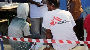 Un membre de Médecins sans frontières avec un migrant, en Italie
