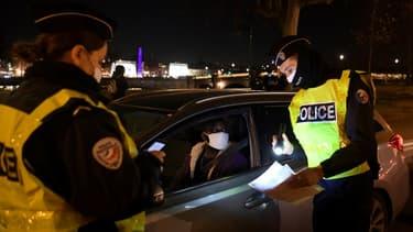 La police française contrôle les autorisations de circuler pendant le couvre-feu (photo d'illustration).