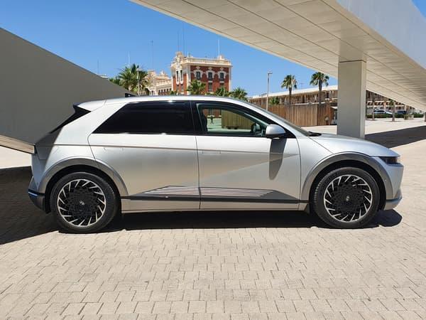 Le nouveau SUV 100% électrique de Hyundai, le Ioniq 5, offre une silhouette de berline compacte.