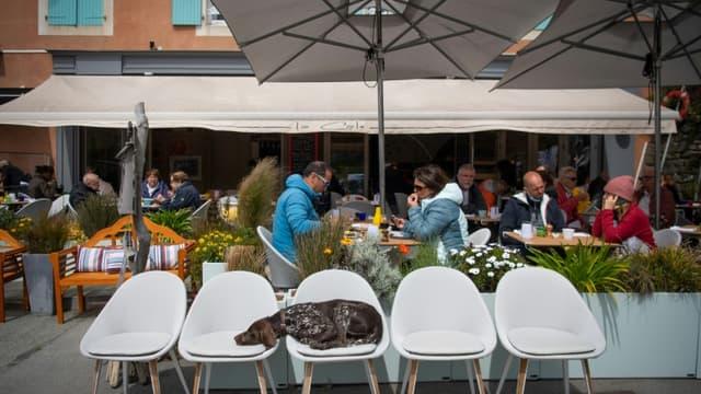 Une terrasse de restaurant à Sauzon, à Belle-Ile-en-Mer, en Bretagne, le 20 mai 2021