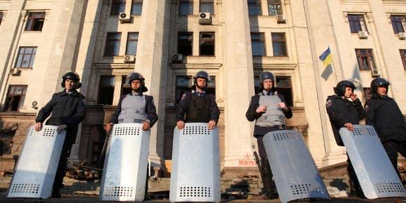 Des policiers gardent la maison des Syndicats d'Odessa.