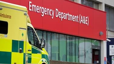Une ambulance devant les urgences d'un hôpital londonien (photo d'illustration)