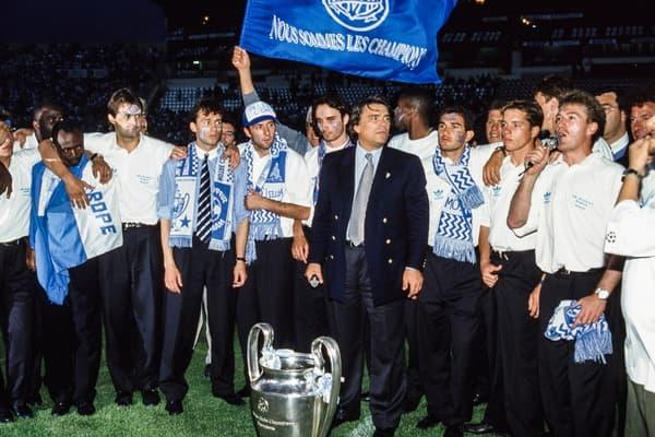 Tapie, Deschamps et tous les joueurs de l'OM célèbrent la victoire en Ligue des champions en 1993