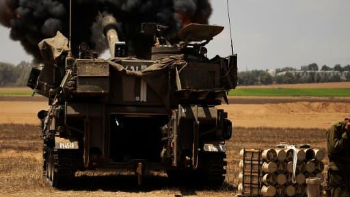 Un soldat israélien couvre ses oreilles à la frontière avec Gaza, ce samedi.