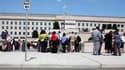 Civils et personnels devant le Pentagone, siège du ministère américain de la Défense, qui a été évacué mardi après un séisme ressenti de l'Etat de Virginie jusqu'à Boston et, dans une moindre mesure, à Toronto. /Photo prise le 23 août 2011/REUTERS/Jason R