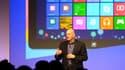 Steve Ballmer, l'ex-PDG de Microsoft, remplacé depuis par Satya Nadella, lors de la présentation de Windows 8 en octobre 2012.