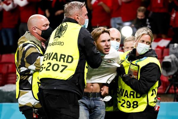 Un supporter évacué pendant Danemark-Russie