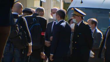 Gérald Darmanin et Jean Castex sont arrivés à Rambouillet, après la mort d'une policière attaquée à l'arme blanche au commissariat.