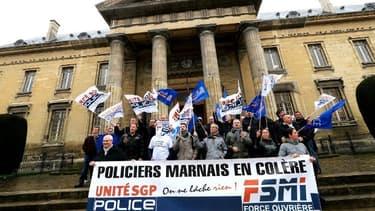 Une cinquantaine de policiers se sont rassemblés devant le tribunal correctionnel de Reims.