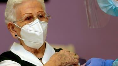 Araceli Rosario Hidalgo Sanchez, une pensionnaire de 96 ans d'une maison de retraite de Guadalajara, reçoit pour la première fois en Espagne le vaccin contre le Covid-19 le 27 décembre 2020. (Photo d'illustration)