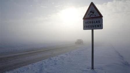 Les chutes de neige, moins importantes que prévu dans la nuit en France, entraînent des perturbations jeudi dans les transports et des annulations de vols. Sept départements du Nord-Est, du Loiret au Bas-Rhin, sont placés en vigilance orange pour la neige