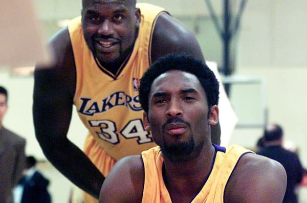Kobe Bryant (premier plan) et Shaquille O'Neal lors du media day des Lakers en octobre 2000