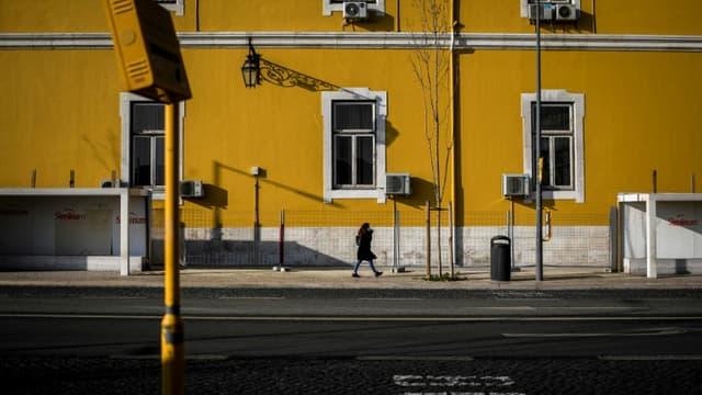 Une rue déserte de Lisbonne pendant le confinement, le 15 janvier 2021 au Portugal.