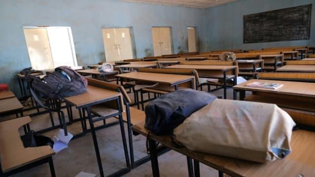 Une salle de classe désertée avec les affaires des lycéens enlevés  à Kankara, au Nigeria le 15 décembre 2020