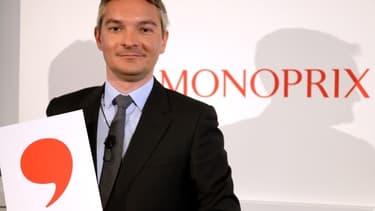 Stéphane Maquaire, directeur général de Monoprix, présente le nouveau logo de l'enseigne, en forme de virgule.