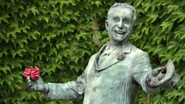Statue de Charles Trenet dans sa maison natale à Narbonne.