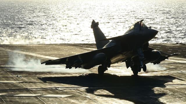 """François Hollande a vanté """"les résultats impressionnants contre Daesh"""", lors de sa visite à bord du porte-avions Charles-de-Gaulle. (Photo d'illustration)"""