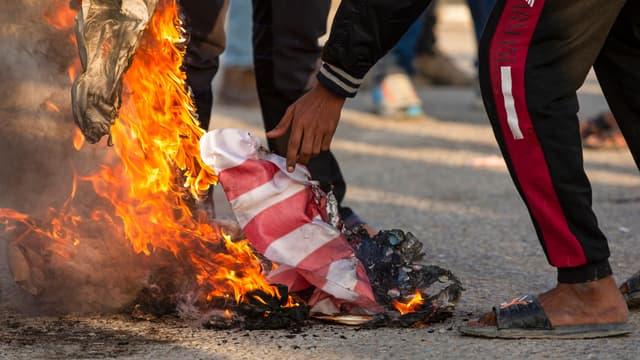 Des manifestants irakiens brûlent un drapeau américain à Bassora, le 30 décembre 2019.