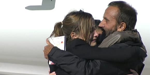 Daniel Larribe retrouve son épouse et ses filles, mercredi 30 octobre, à Villacoublay.