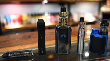 Des cigarettes électroniques dans une boutique spécialisée à New Delhi. (Photo d'illustration)