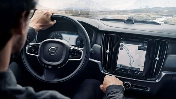 Une offre multimédia très complète avec un combiné d'écrans (un derrière le volant et un grand format au centre) complété par l'affichage tête haute.