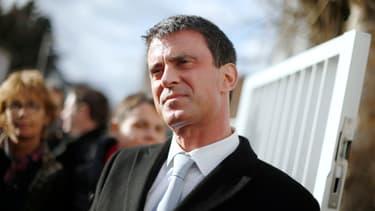 """Manuel Valls ne veut pas """"rajouter de la pauvreté à la pauvreté"""""""
